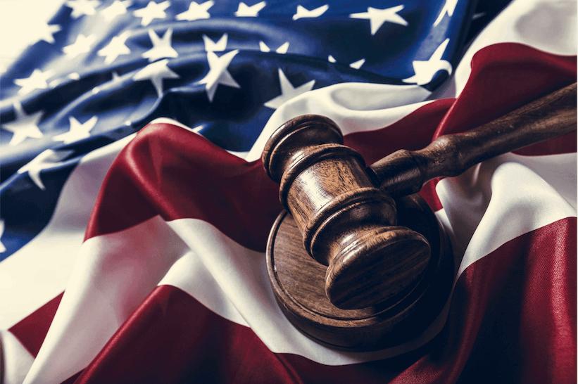 Amerikanische Flagge und Richterhammer - Seiten des Obersten Gerichtshofs blind