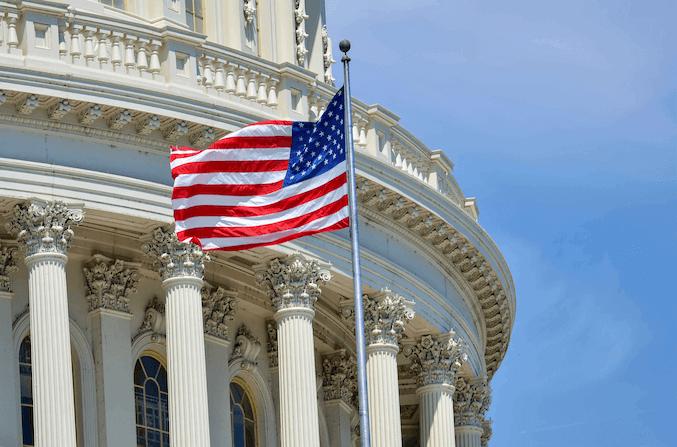 Oberster Gerichtshof und amerikanische Flagge - Gesetze zur Barrierefreiheit im Internet USA